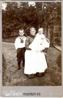 0150A-Coppenbruegge_Personen004-Frau-mit-Kindern-Scan-Vorderseite.jpg