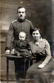 8600A-Wolfenbuettel151-Artillerikaserne-Soldat-Frau-Kind-Portrait-Scan-Vorderseite.jpg